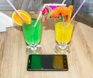 Deux cocktails, verts et jaunes Images stock