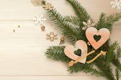 Deux coeurs avec des branches d'un arbre de Noël Photo stock