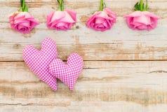Deux coeurs avec les roses roses, fond d'amour pour le jour de valentines ou mariage Photos stock