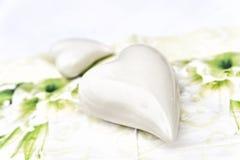 Coeur de blanc de poterie Photographie stock