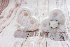 Deux coeurs blancs sur le fond en bois Images stock