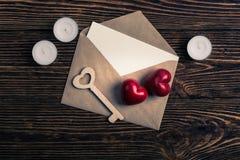 Deux coeurs, clé en bois, et enveloppe, vue supérieure Photographie stock