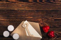 Deux coeurs, clé en bois, et enveloppe, vue supérieure Photos libres de droits