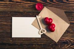 Deux coeurs, clé en bois, et enveloppe, vue supérieure Images stock