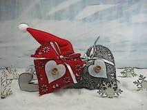 Deux coeurs colorés sur un chapeau d'american national standard Santa de traîneau - la magie de Noël Image libre de droits