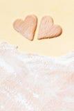 Deux coeurs cutted hors de la pâte Photographie stock