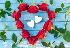 Deux coeurs d'amour encadrés des roses rouges fleurit à la forme de coeur pour épouser ou jour de valentines Images stock