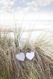 Deux coeurs d'amour sur des dunes de sable en été Photo stock