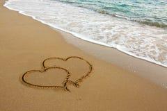 Deux coeurs d'amour sur le sable Image libre de droits
