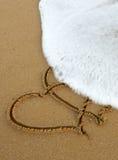 Deux coeurs d'amour sur le sable Photos stock