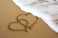 Deux coeurs d'amour sur le sable Photographie stock libre de droits