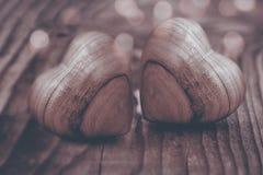 Deux coeurs de bois dans la sépia Photographie stock libre de droits