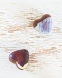 Deux coeurs de bonbons au chocolat Images stock