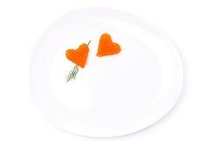 Deux coeurs de caviar rouge avec l'aneth d'un plat, d'isolement Image libre de droits