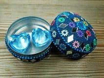 Deux coeurs de gemme aiment et boîte-cadeau oriental sur le fond en bois Image libre de droits