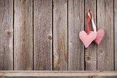Deux coeurs de jour de valentines sur le mur en bois rustique Photo stock