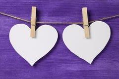 Deux coeurs de papier accrochant sur la corde Image stock