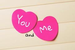 Deux coeurs de papier roses avec l'inscription vous et moi Image stock