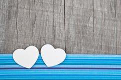 Deux coeurs de papier sur le fond minable gris en bois Image stock