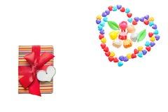 Deux coeurs de peu de coeurs colorés de sucrerie Fleurs caramélisées Caisse d'emballage de cadeau avec l'espace de coeur et de co Images libres de droits