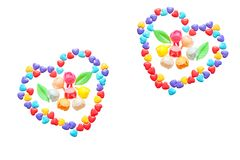 Deux coeurs de peu de coeurs colorés de sucrerie Fleurs caramélisées D'isolement sur un fond blanc Image libre de droits