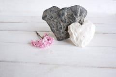 Deux coeurs de pierre sur le bois blanc Photo libre de droits