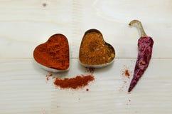 Deux coeurs de poivre et un paprika sec Photographie stock