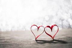 Deux coeurs de ruban sur le bois Photographie stock libre de droits