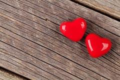Deux coeurs de sucrerie au-dessus de bois Photographie stock libre de droits