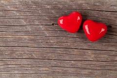 Deux coeurs de sucrerie au-dessus de bois Photo stock