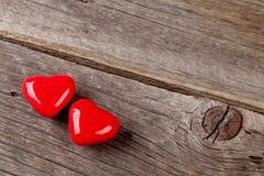 Deux coeurs de sucrerie au-dessus de bois Photographie stock