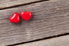Deux coeurs de sucrerie au-dessus de bois Photo libre de droits