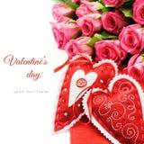 Deux coeurs de Valentine avec le bouquet des roses roses Photographie stock libre de droits