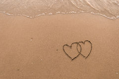 Deux coeurs dessinés en plage Images libres de droits