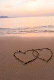 Deux coeurs dessinés en plage Images stock