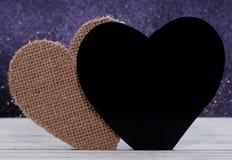 Deux coeurs différents avec un fond brouillé Photos stock