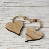 Deux coeurs en bois Amour Concept de jour du ` s de Valentine Image libre de droits