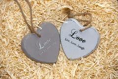 Deux coeurs en bois d'amour avec les inscriptions affectueuses Images libres de droits