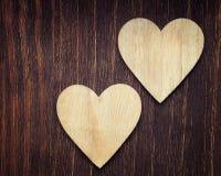Deux coeurs en bois placés bien Images stock