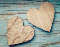 Deux coeurs en bois placés bien Images libres de droits