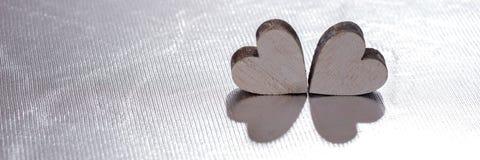 Deux coeurs en bois sur le fond argenté, concept pour l'amour Photo libre de droits