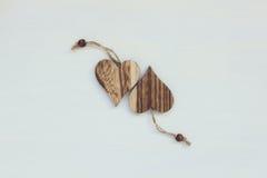 Deux coeurs en bois sur le fond blanc avec de la ficelle Photographie stock libre de droits