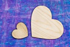 Deux coeurs en bois sur le fond rustique en bois Photographie stock