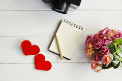 Deux coeurs en bois sur un fond en bois Photos libres de droits