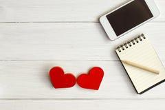 Deux coeurs en bois sur un fond en bois Images libres de droits