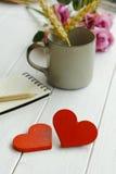 Deux coeurs en bois sur un fond en bois Images stock