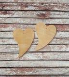 Deux coeurs en bois sur un fond en bois Photographie stock
