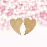 Deux coeurs en bois sur un fond en bois photos stock