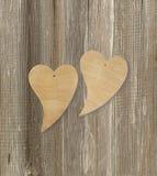 Deux coeurs en bois sur un fond en bois Photographie stock libre de droits