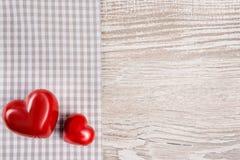 Deux coeurs en pierre rouges sur le fond neutre, l'espace des textes Photographie stock